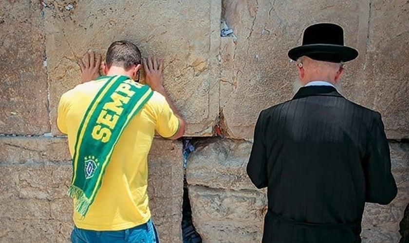 Brasileiro ora ao lado de judeu no Muro das Lamentações. (Foto: Época)