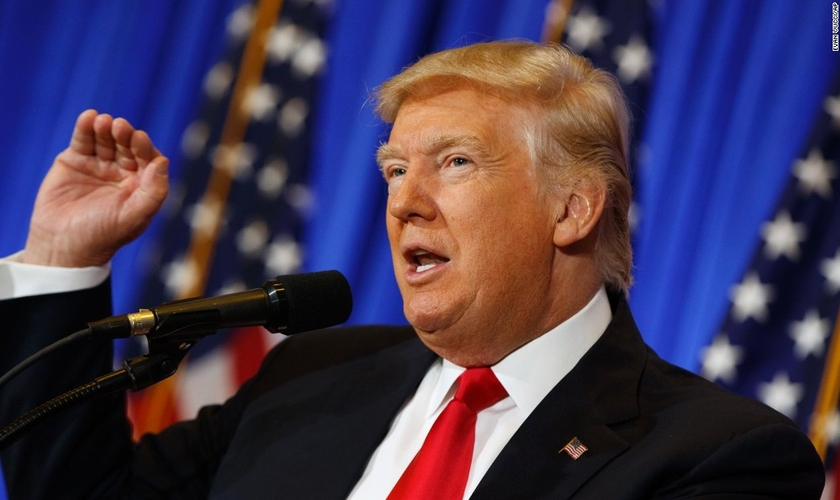 Donald Trump afirmou que as igrejas merecem apoio do governo para se reerguerem, após danos causados pelos furacões. (Foto: CNN)