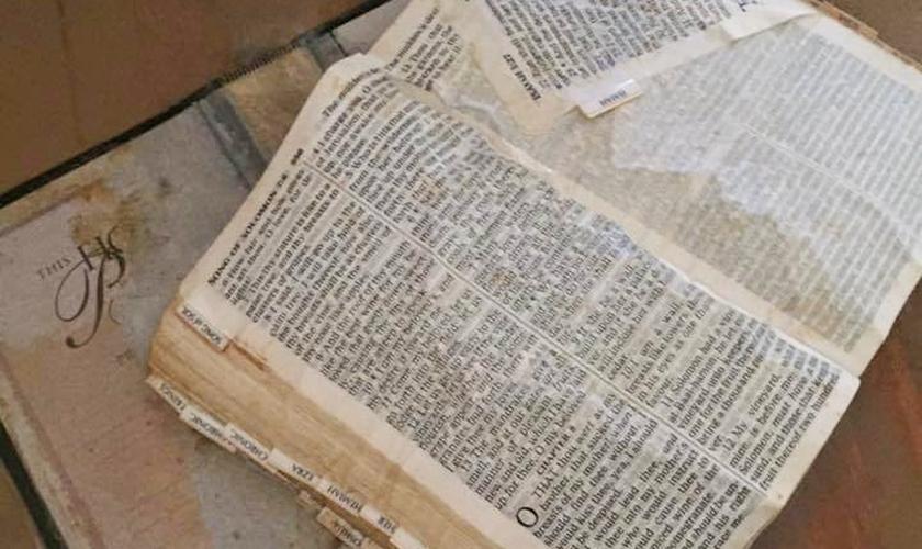 A Bíblia estava indicando o livro de Cânticos 8:7 quando foi encontrada. (Foto: Reprodução)