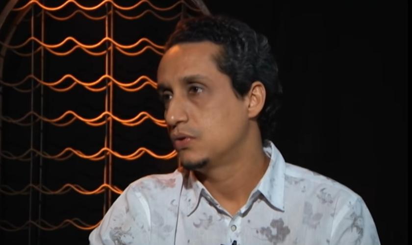 Isaque Folha salienta os perigos escondidos nas cantigas. (Foto: Reprodução).