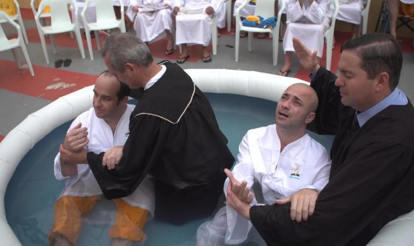 O batismo aconteceu no pátio da prisão. (Foto: ASN).