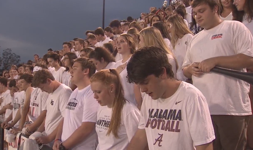 Multidão ora o 'Pai Nosso' em jogo de futebol após reclamação de ateus. (Foto: Fox 5 Atlanta)