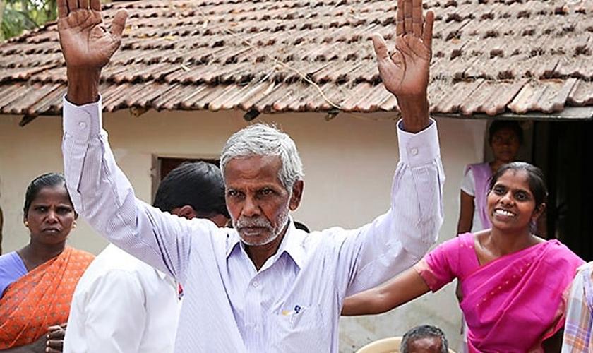 Pastor Jatya (de braços levantados) atua com seu ministério no sul da Índia. (Foto: Voz dos Mártires)