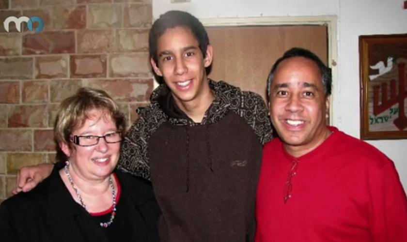 Pastor David Ortiz (direita), ao lado de seu filho (meio) e sua esposa (esquerda). (Foto: MO)