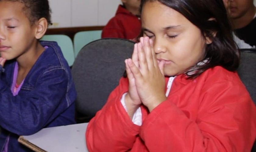 Crianças oram em escola. (Foto: Campo Grande News)