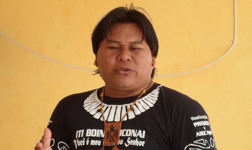 Silvério Orewawe está se dedicando aos estudos na faculdade de Letras para terminar de traduzir a Bíblia para a língua de xavante de sua tribo. (Foto: Facebook)