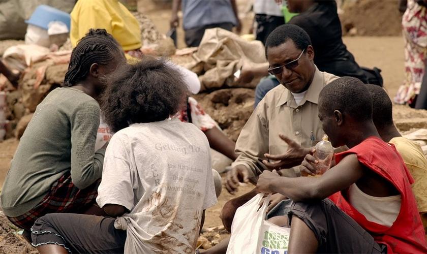 Charles Mully se tornou pai de crianças que vivem nas ruas no Quênia. (Foto: Reprodução)
