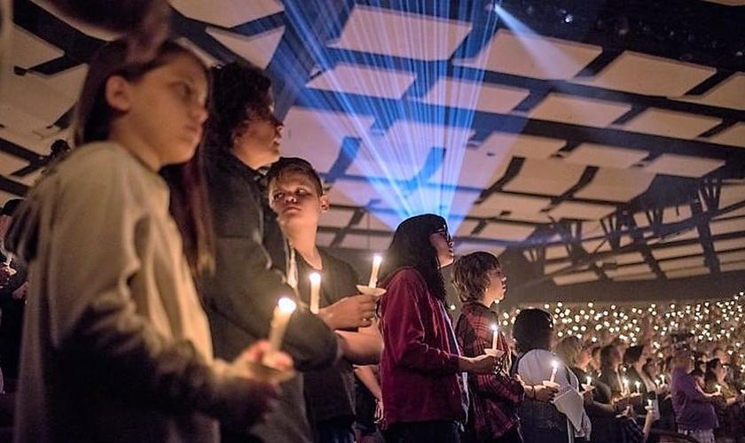 Vigília reuniu mais de 3 mil pessoas na Igreja Canyon Ridge, em Las Vegas. (Foto: NY Times)