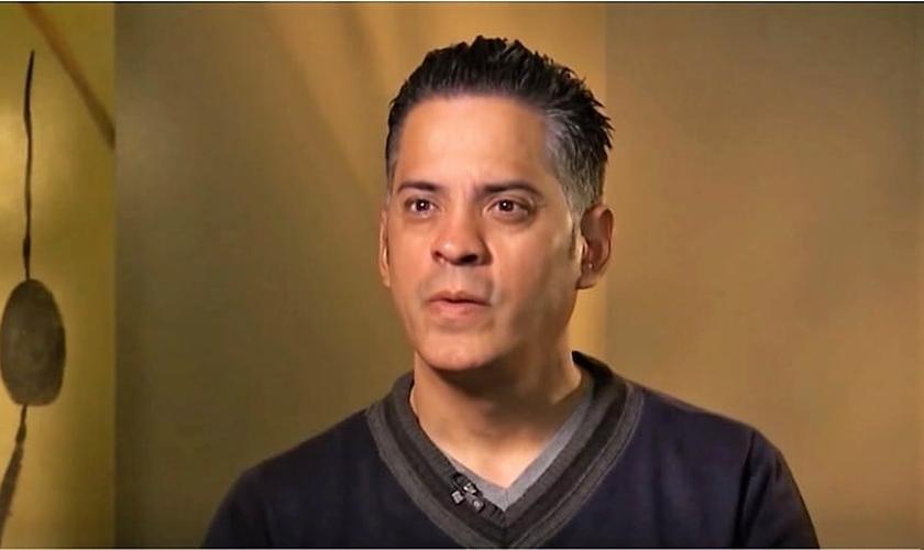 John Ramirez foi um bruxo de 'grande poder' em sua juventude, mas acabou entregando sua vida a Jesus e hoje é um evangelista. (Imagem: Youtube)