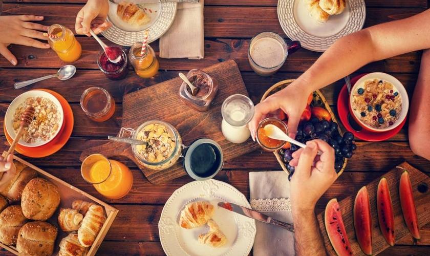 Deixar de lado a primeira refeição do dia tem impacto direto na saúde. (Foto: Kajakiki/iStock)