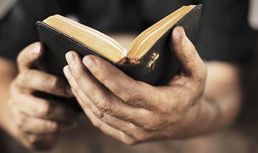 Cristãos precisam cavar buracos na terra para lerem a Bíblia escondidos, na Coreia do Norte. (Foto: International Christian Concern)