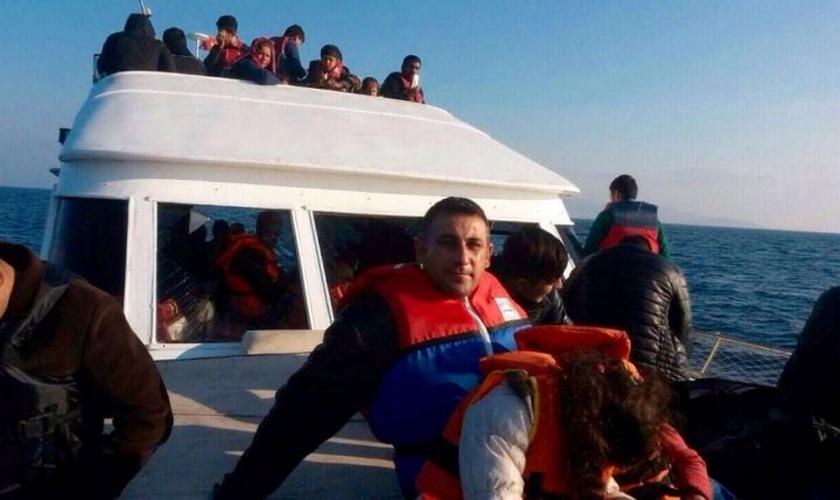 Saad e suas duas filhas no Mar Mediterrâneo durante fuga do Iraque, em agosto de 2014. (Foto: Arquivo pessoal)