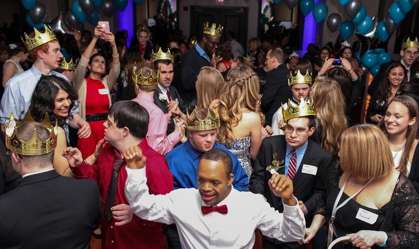 """As igrejas irão sediar o evento """"Night to Shine"""" para jovens com necessidades especiais. (Foto: Reprodução)."""