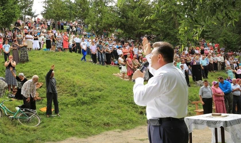 Evangelista Ghiorghi Cazacu durante prega nas ruas do leste europeu. (Foto: Gospel Ministries International)