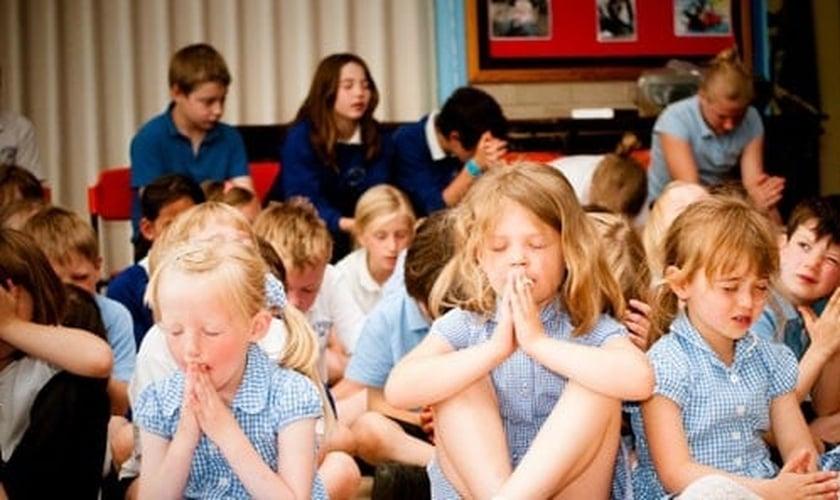 Alunos oram em escola primária europeia. (Foto: Crayke Primary School)