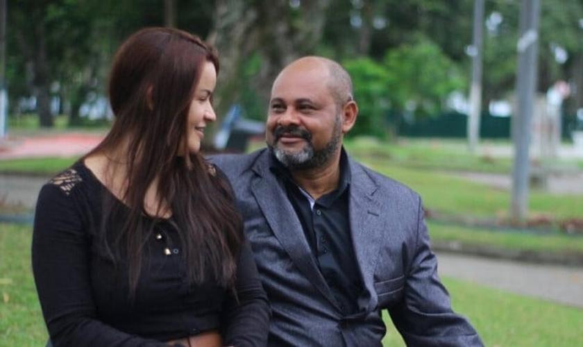 Arlindo Xavier ao lado de sua esposa, Marcela, que enfrentou os momentos difíceis ao seu lado. (Foto: Arthur Xavier)