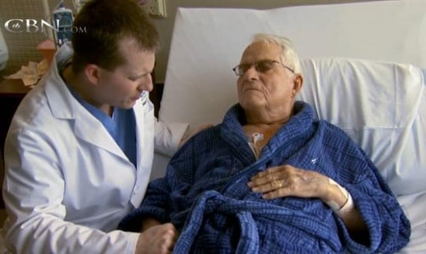 Médico ora com paciente em hospital. (Foto: CBN News)