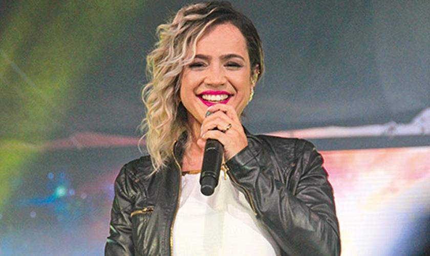 Daniela Araújo é cantora e compositora. (Foto: Comunhão)