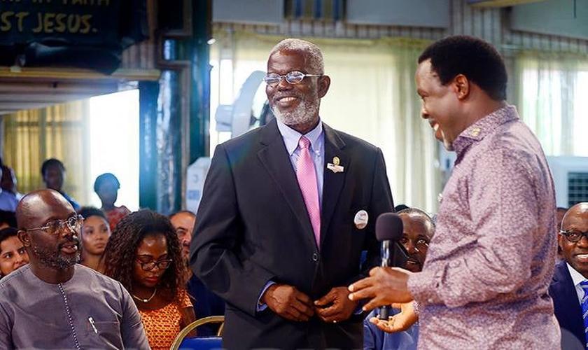 O candidato a presidente foi recebido pelo pastor TB Joshua em sua igreja. (Foto: Reprodução/Facebook/TB Joshua Ministries)