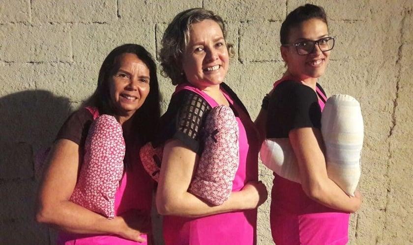 Ana Lúcia (centro) usou a almofada em seu tratamento e quer presentear outras pacientes. (Foto: Arquivo Pessoal)