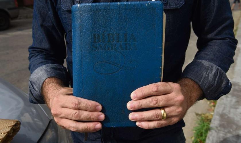 Durante o período de sequestro, a vítima ofereceu duas Bíblias para os criminosos. (Foto: Ricardo Medeiros)