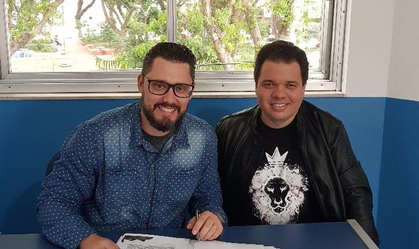 Chris Boni no momento da assinatura de contrato com Ricardinho Carvalho, diretor da Nova Fase Music (Foto: Divulgação).