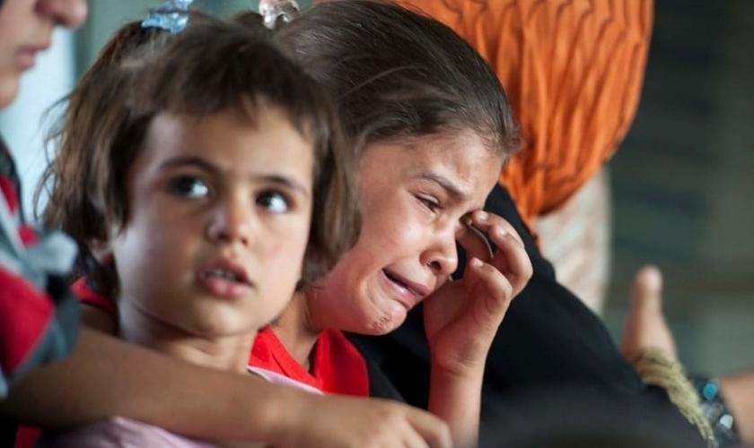 Crianças iraquianas choram durante resgate em helicóptero militar, em Bagdá. (Foto: Reuters)