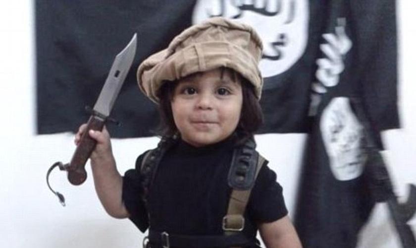 Garoto de três anos segura faca nas mãos e é filmado pelos próprios pais. (Foto: Daily Mail)