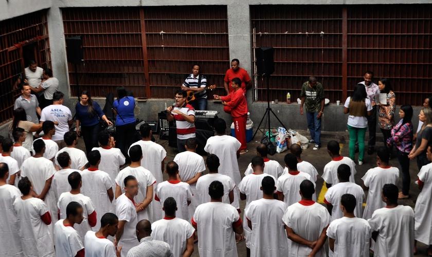 O batismo foi realizado no presídio José Maria Martinho Drumond, em Ribeirão das Neves (MG). (Foto: Jean Assis).