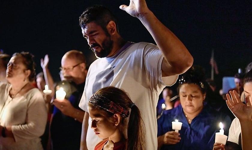 Pessoas participam de vigília, orando pelas famílias e sobreviventes do massacre na Primeira Igreja Batista de Sutherland Springs. (Foto: Reuters/Mohammad Khursheed_