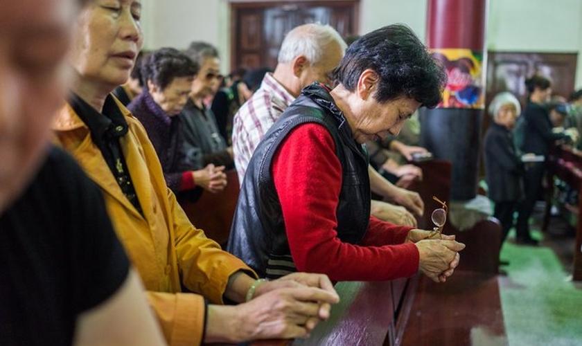 Cristãos participam de culto em igreja da China. (Foto: New York Times)