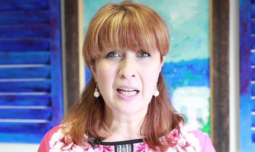 Isik Abla se converteu do islamismo para o cristianismo e hoje é apresentadora de TV em uma emissora cristã. (Imagem: Youtube)