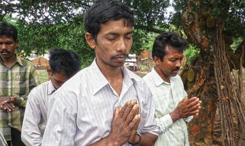 Cristãos oram em Kandhamal, India. (Foto: Barnabas Aid)