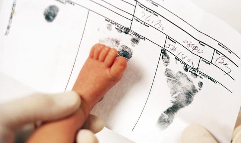 Bebê recebendo seus primeiros registros após, exames iniciais no hospital. (Foto: life.hu)