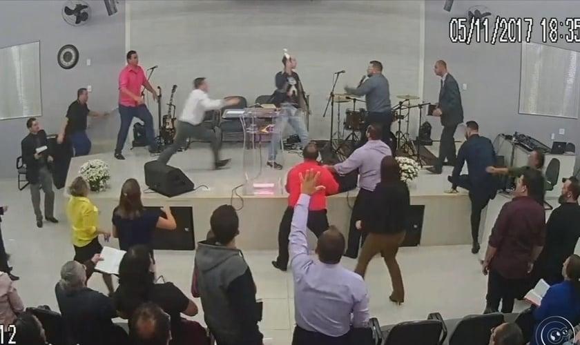 Culto em que o pastor sofreu a tentativa de esfaqueamento foi transmitido ao vivo. (Foto: Reprodução/Facebook)