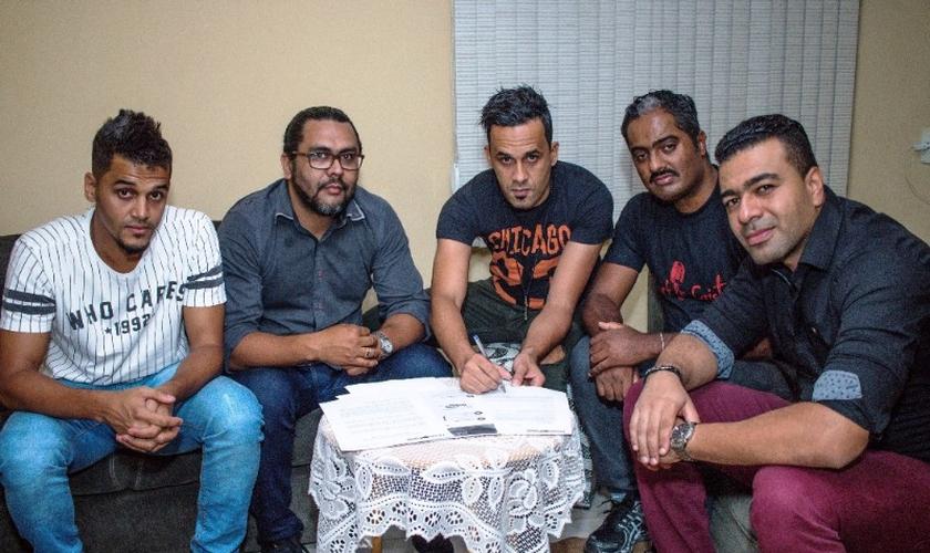 A banda é formada pelo vocalista Adriano Carmo, os guitarristas Jeff Viveiros e Wellington Duellis, o baixista Fernando Reis e o baterista Matheus Carmo. (Foto: Divulgação).