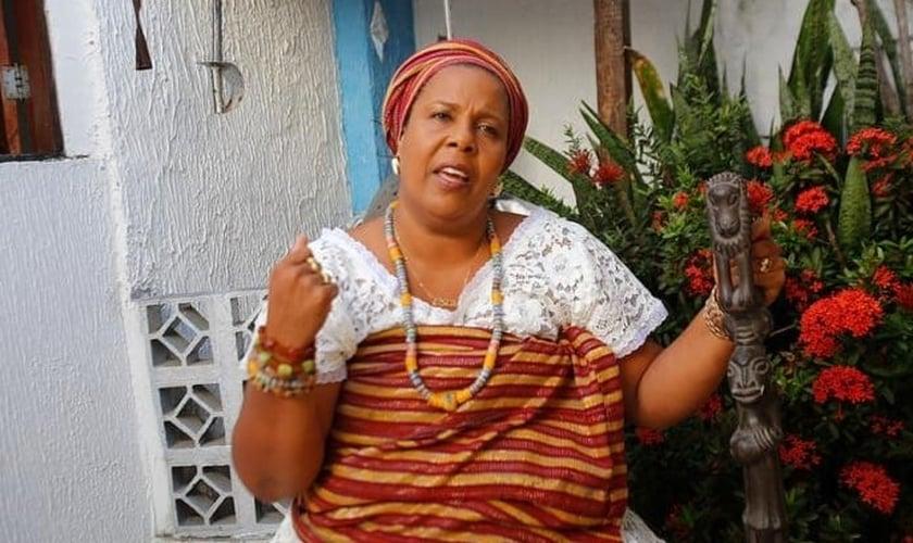 """Jaciara Ribeiro se apresenta como ialorixá, termo que faz referência à autoridade de um terreiro, mais conhecida como """"mãe de santo"""". (Foto: UOL)"""