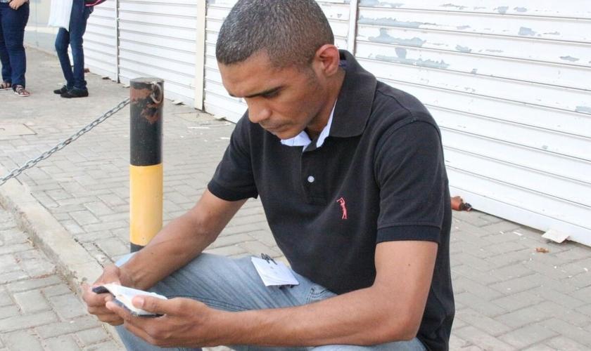 Maxshuell Vander Alves lê sua Bíblia antes de entrar para fazer a prova do Enem, em Teresina. (Foto: Arthur Ribeiro - G1)