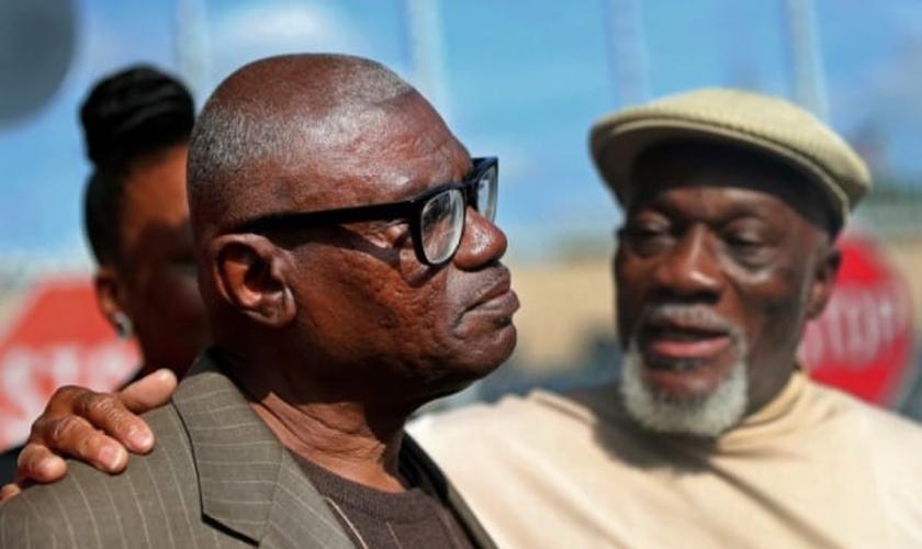 Wilbert Jones falando aos repórteres após deixar a prisão ao lado de seu irmão, Plem Jones. (Foto: Gerald Herbert/Associated Press)