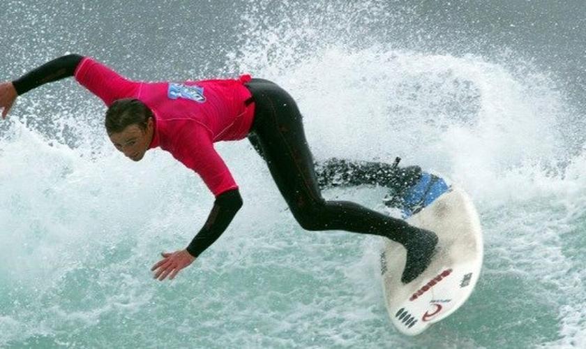 O surfista John McCarthy deixou sua carreira para ser pastor. (Foto: Reprodução)