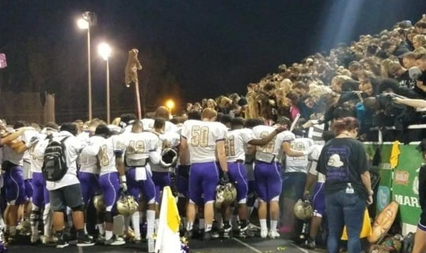 Alunos fizeram uma oração com outros estudantes nas arquibancadas antes do jogo. (Foto: Fox 5 Atlanta)