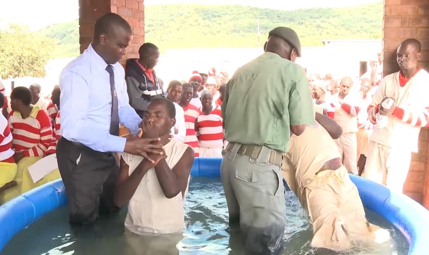Os cristãos locais animaram os presos a se unirem a Cristo. (Foto: ANN).