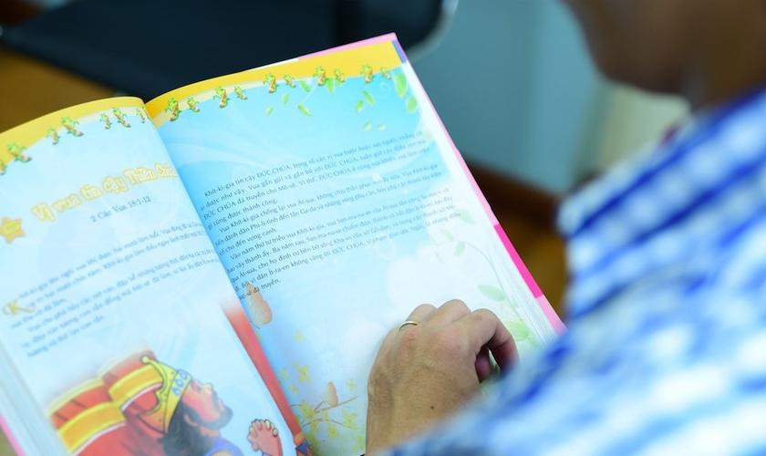 Bao já conseguiu distribuir mais de 100 mil Bíblias a crianças do Vietnã. (Foto: Portas Abertas USA)