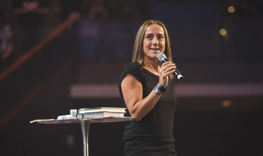 Christine Caine acredita que fomos criados para viver livres em Cristo. (Foto: Reprodução).