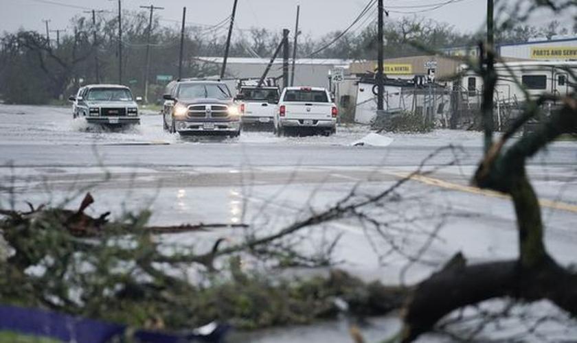 Imagem ilustrativa. Meninas sobrevivem à destruição provocada por tornado. (Foto: Darren Abate/EPA)