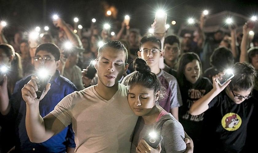 População se reúne em vigília após atirador ter matado 26 pessoas em igreja do Texas. (Foto: scmp.com)