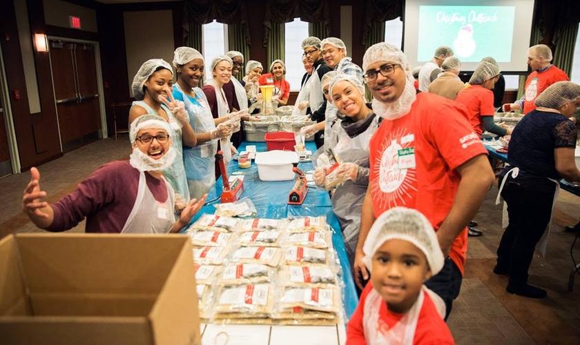 Serão dois dias de mutirão voluntário para embalar as refeições. (Foto: Liquid Church).