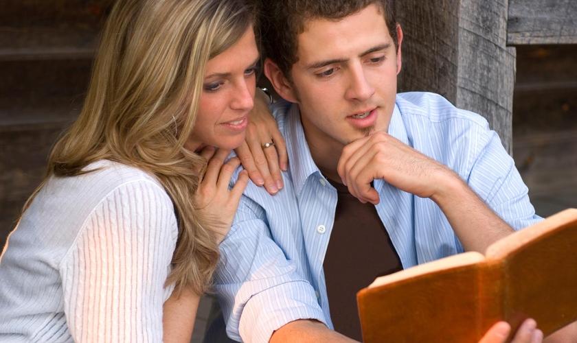 O casal deve buscar a santidade no namoro para permanecer nos propósitos de Deus. (Foto: Reprodução).