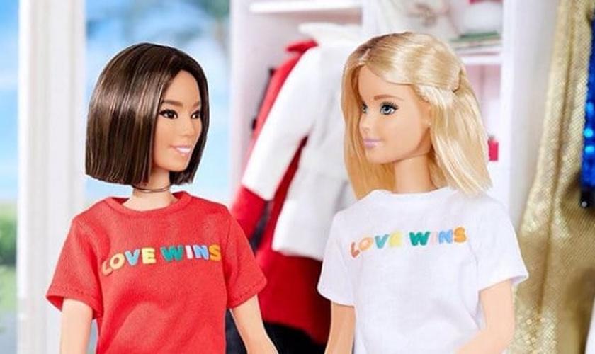 """Bonecas da linha Barbie aparecem vestidas com camisas de uma campanha LGBT, que diz """"O Amor Vence"""". (Foto: Instagram)"""