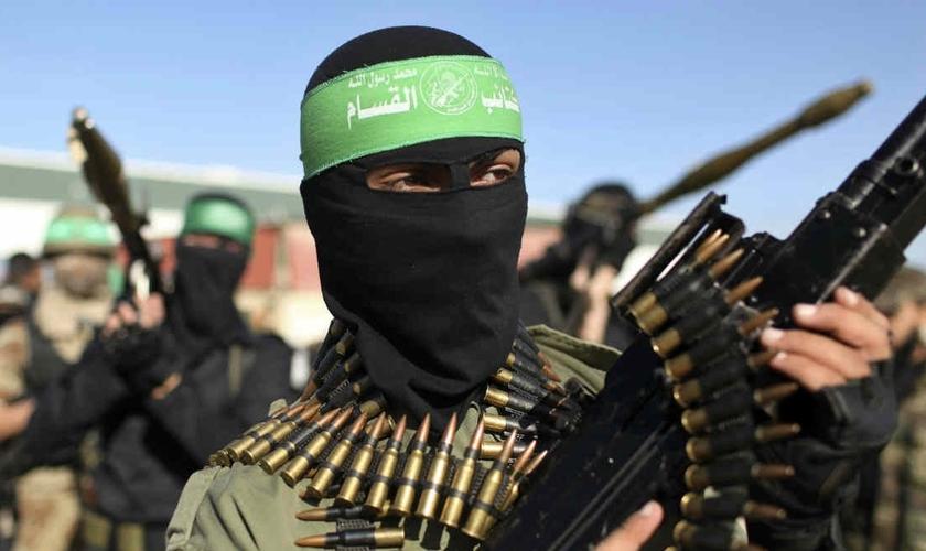 Terroristas ligados ao Hamas desfilam com armas. (Foto: Jornal Correio do Brasil)